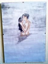 Liebende umschlingen sich im Wasser