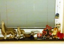 Foto vom Fensterbrett mit allen möglichen Figuren, Aufstellern