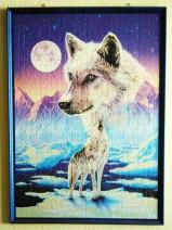 Ein Puzzle mit weißen Wölfen. Aufgeklebt und gerahmt