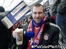 Foto von mir im Olympia Stadion von oben bis unten in den Farben des FC Bayern