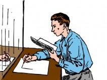 Mann zeichnet an Tisch