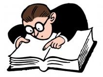 Mann liest in Buch