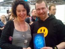 Elke Aybar und ich auf der Leipziger Buchmesse 2015. Halte ihr neues Buch Machtsteine in Händen.