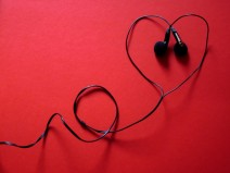 Ein Herz aus In-Ear-Kopfhörern gelegt