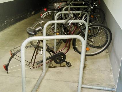 Angeschlossenes Fahrrad, dem das Hinterrad demontiert und entwendet wurde