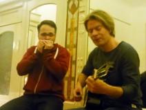 Die Wundertypen Ingo und Marco im Spiegelsalon. Ingo hier mit Mundharmonika.