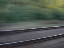 Ein Gleis im Vorbeirasen fotografiert.