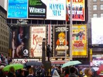 Bunte, beleuchtete Werbetafeln für unterschiedliche Musicals