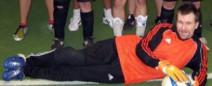 Ausschnitt eines Mannschaftsfotos. Ich liege in voller Torwart-Montur zu Füßen meiner Mitspieler(innen).
