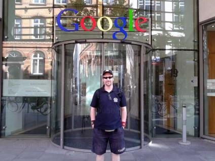 Meine Wenigkeit vor dem Eingang von Google Deutschland in Hamburg