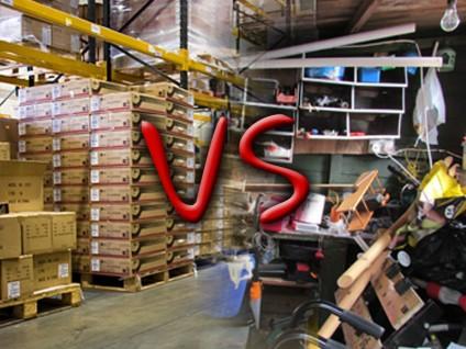 """Fotomontage: Links ein geordnetes Lager, rechts eine zugemüllte Garage. In der Mitte über der ineinander geschobenen Grenze steht """"VS""""."""