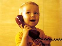 Ein sehr altes Foto von mir aus Kindheitstagen mit entsprechend altem Telefonhörer am Ohr