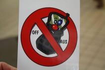 Foto: Zettel mit comicartigem Hinweis, das Mobiltelefon abzuschalten.