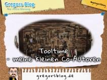 """Beitragsbild zu """"Tooltime - meine kleinen Co-Autoren"""". Im Hintergrund das Foto einer Wand voll mit uralten Werkzeugen."""