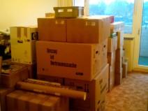 Ein ansonsten leeres Zimmer voller Kartons etc.