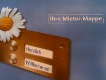 """Das Cover einer vom Vermieter erhaltenen Mieter-Mappe mit dem klaren Statement """"Herzlich WIllkommen"""""""