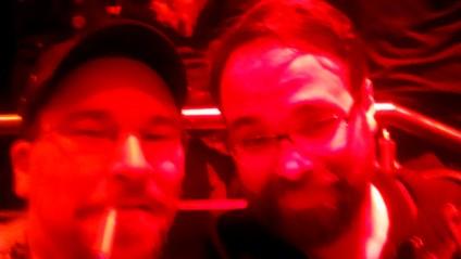 Selfie von Ingo und mir vor Konzertbeginn in reichlich viel rotem Licht
