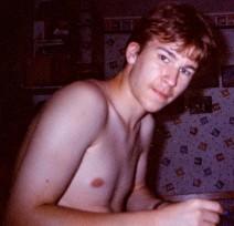 Foto meiner Wenigkeit in jungen Jahren beim Schreiben.