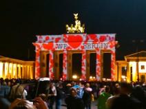 """Foto vom Brandenburger Tor beim Festival of Lights 2014 mit lauter Herzen darauf und der Aufschrift """"We (Herz) Berlin"""""""