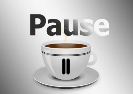 Grafik einer Tasse Kaffee mit einem Pause-Zeichen darauf und der Überschrift Pause