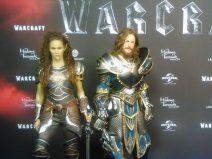 Foto von zwei aufgestellten Figuren von Garona und Lothar