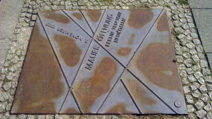Foto einer metallernen Platte, die an die Maueröffnung am am Grenzübergang Sonnenallee erinnert