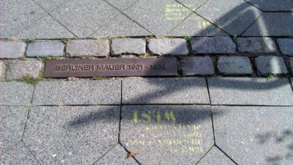 Foto des mit Pflastersteinen markierten Mauerverlaufes