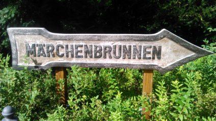 Foto eines Wegweisers zum Märchenbrunnen