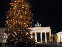 Foto vom Brandenburger Tor am Pariser Platz in Berlin mit Weihnachtsbaum
