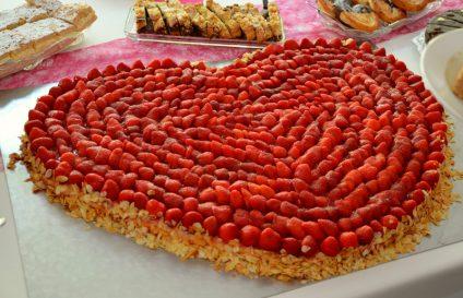 Foto eines sehr großen Erdbeerkuchens in Herzform