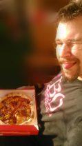 Foto von mir mit herausgestreckter Zunge und Pizza-Karton