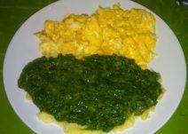 Foto einer Portion Rührei mit Kartoffeln und Spinat