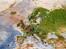 Foto einer Landkarte mit Stecknadeln gespickt