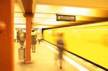 Foto: U-Bahn-Zug rast aus dem Bahnhof.