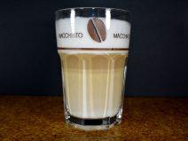 Foto von einem Glas Latte Macchiato