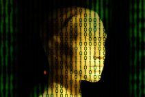 Bild eines Gesichtes hinter binären Zahlen