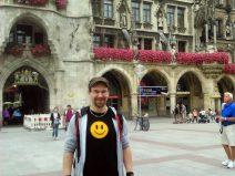 Foto von mir vor dem Münchner Rathaus