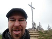 Ich vor dem Gipfelkreuz auf dem Brauneck