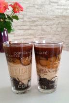 Foto vom Karamell-Dessert in Gläsern geschichtet