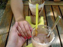 Foto von der Hand meiner Freundin und meiner bei einer leckeren Eisschokolade