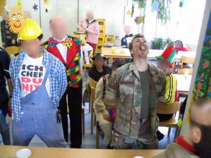 Foto von mir als Soldat verkleidet beim freihändigen Schokokuss-Wettessen