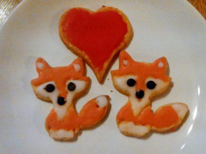 Foto von zwei Fuchsplätzchen mit einem Herzplätzchen mittig darüber