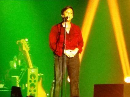 Foto von Alanis Morissette auf der Bühne