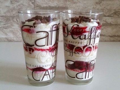 Foto von zwei Latte Macchiato Gläsern mit dem leckeren Himbeer-Dessert