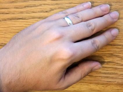 Foto meiner linken Hand mit einem Silberring am Ringfinger