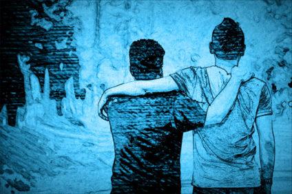 stlisiertes Foto: Zwei Freunde von hinten, die sich die Arme um die Schultern legen und gemütlich nach vorn gen Zukunft schlendern