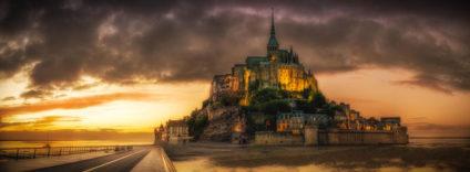 Bild von Le Mont-Saint-Michel in der Normandie bei Sonnenuntergang