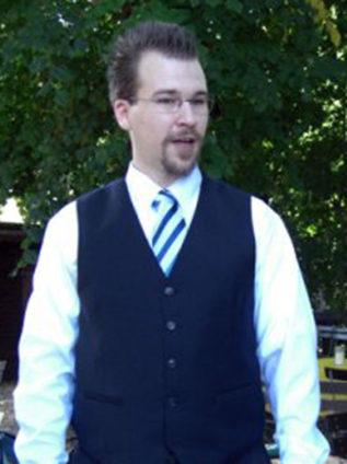 Foto von mir beim Halten einer Rede auf der Taufe meines Sohnes